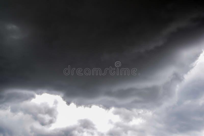Nuage noir et gris avant pluie image libre de droits