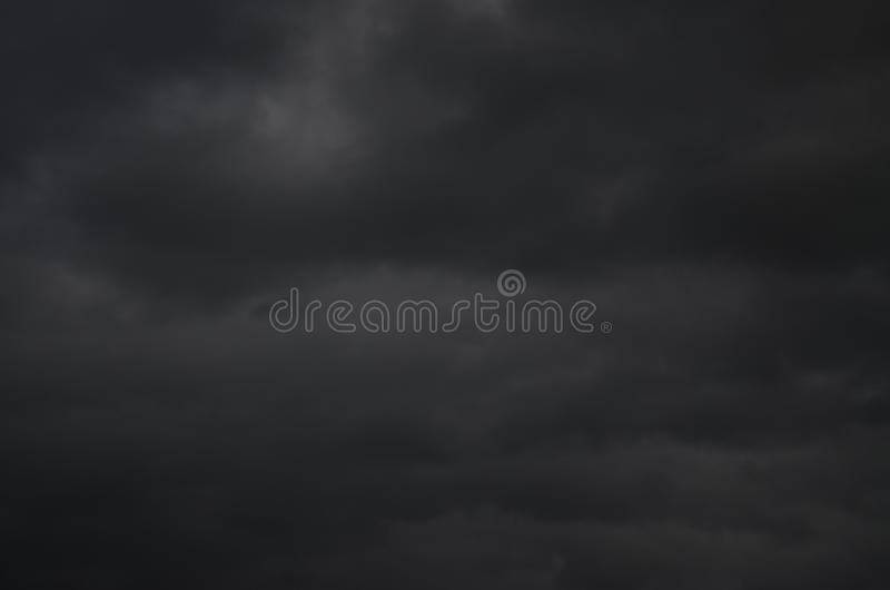 Nuage noir foncé nuit sans lumière du soleil photographie stock