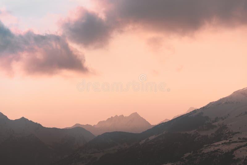 Nuage rouge au-dessus des montagnes éloignées photographie stock libre de droits