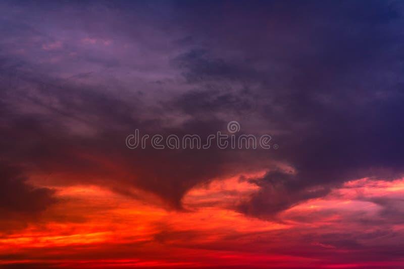 Nuage stratus à l'arrière-plan de coucher du soleil pour la prévision et le concept de météorologie photographie stock libre de droits