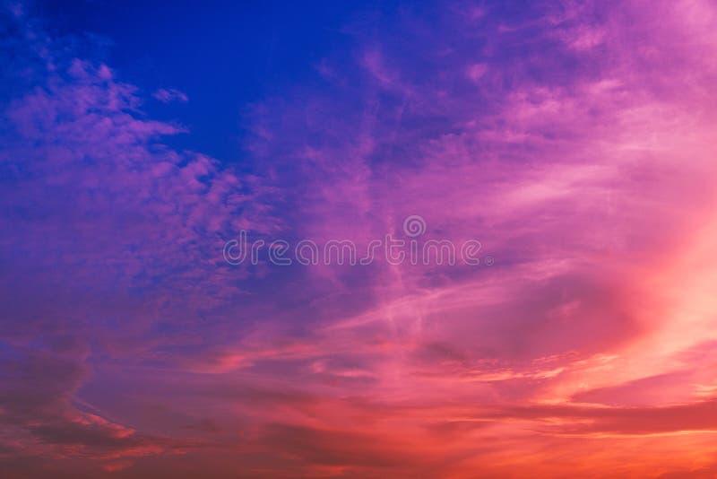 Nuage stratus à l'arrière-plan de coucher du soleil pour la prévision et le concept de météorologie photo libre de droits