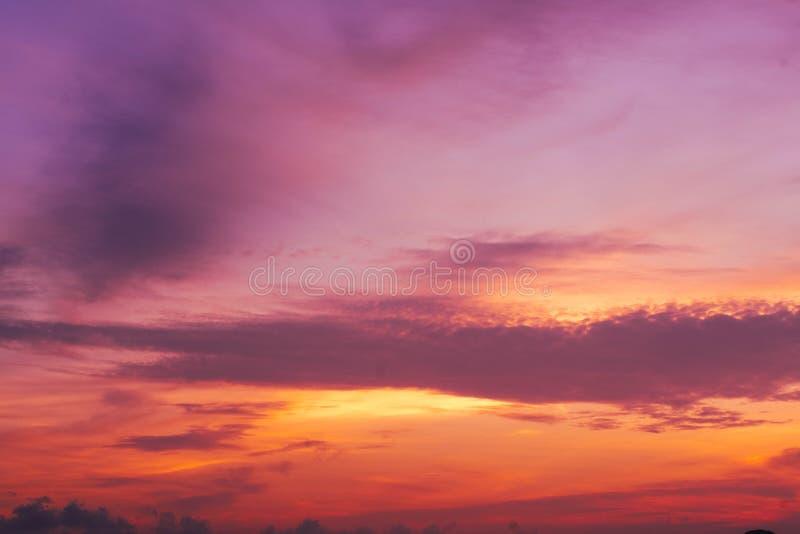 Nuage stratus à l'arrière-plan de coucher du soleil pour la prévision et le concept de météorologie image stock
