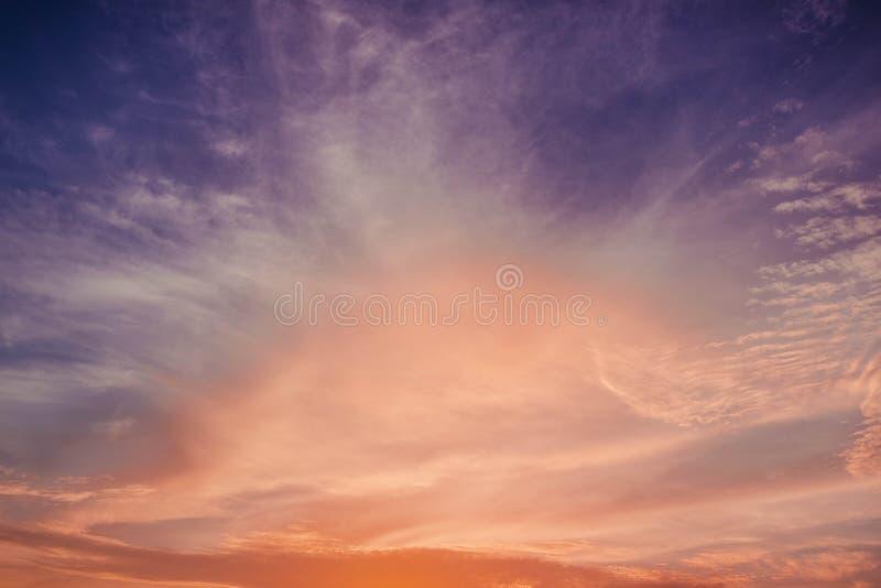 Nuage stratus à l'arrière-plan de coucher du soleil pour la prévision et le concept de météorologie photo stock