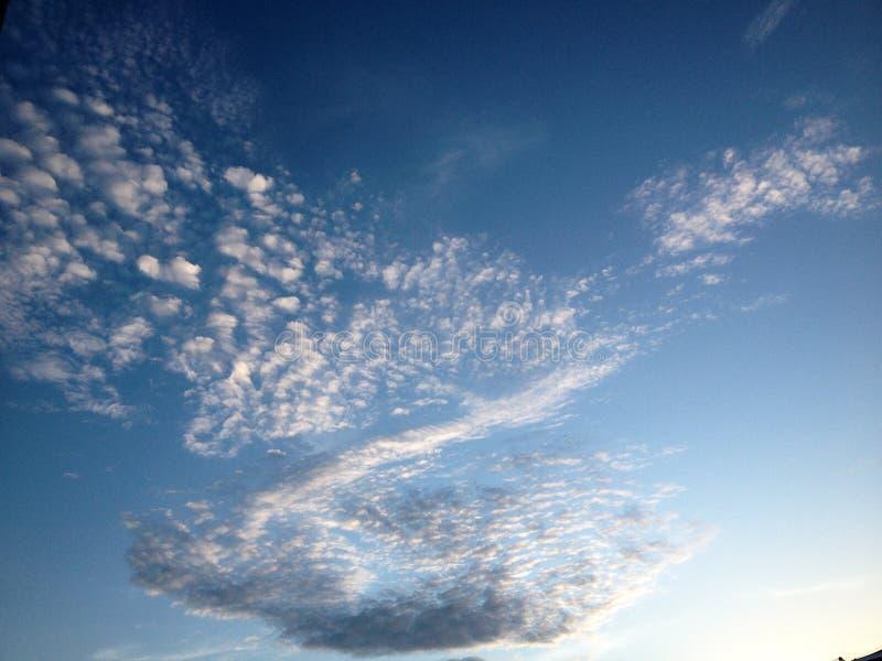 Nuage sur le ciel et le fond de beauté photos libres de droits