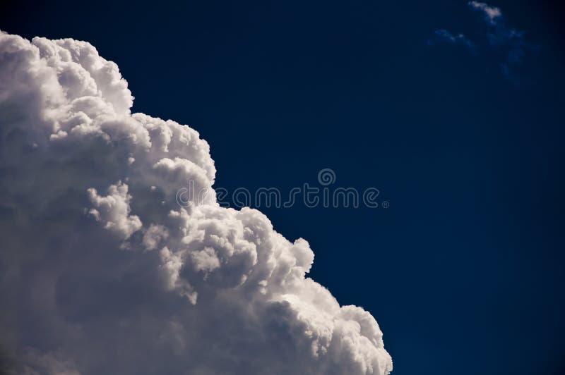 Nuage sur un ciel bleu-foncé images stock