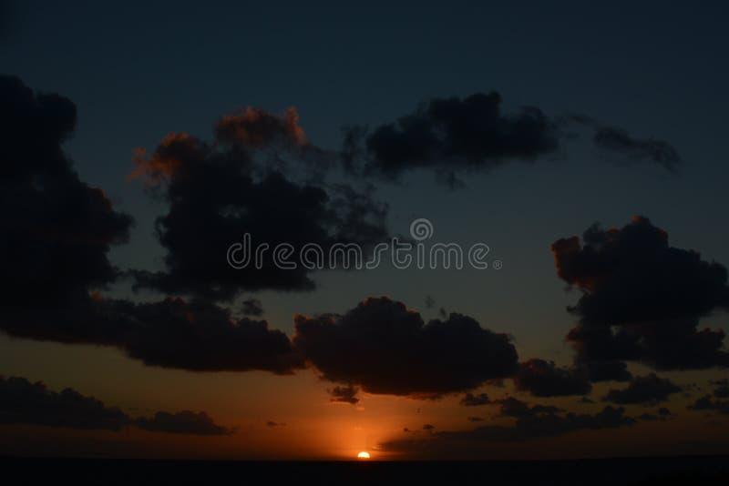 Nuages à la lumière du coucher de soleil photos libres de droits
