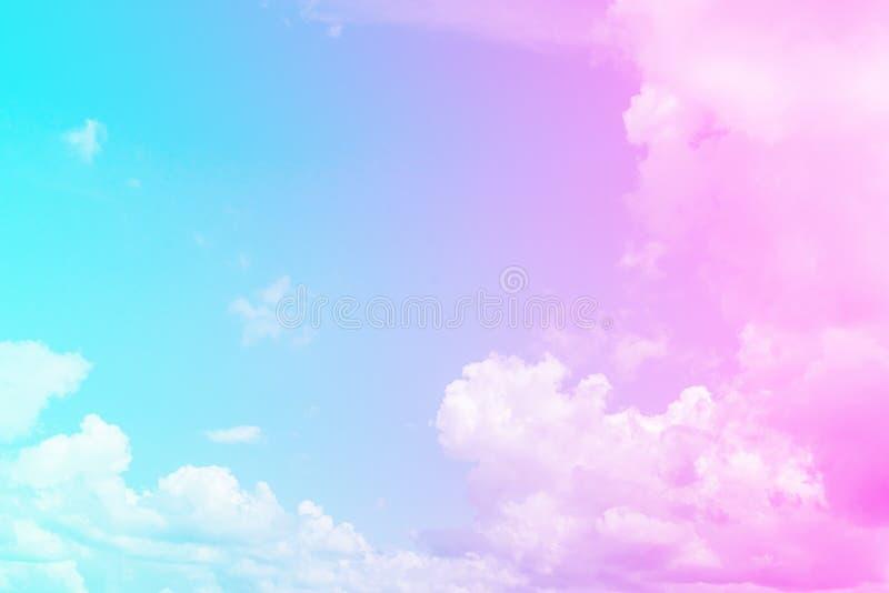 Nuages épais pelucheux de bleu et de rose contre le ciel bleu Couleur modifiant la tonalité le duaton Papier peint de fond nature images libres de droits