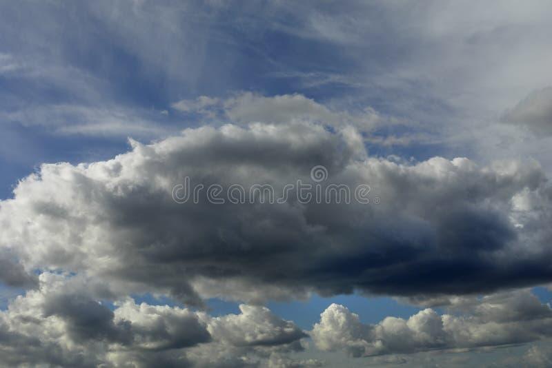 Download Nuages image stock. Image du fond, cloudscapes, gonflé - 736737