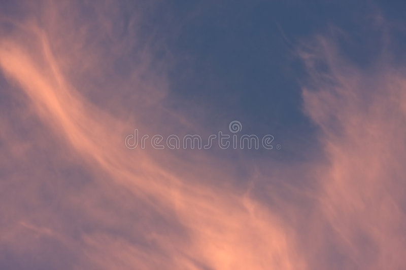 Nuages assez roses image stock