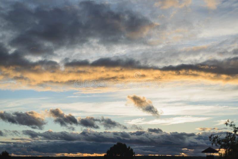 Nuages au coucher du soleil photos stock