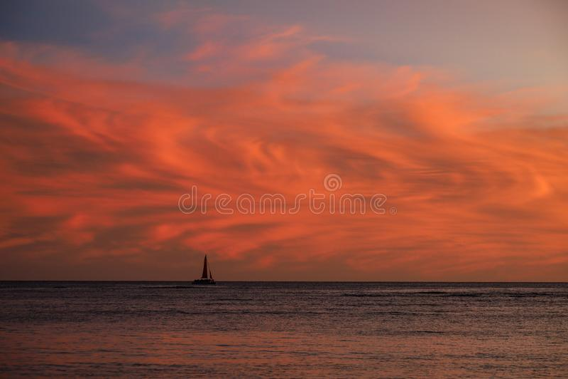 Nuages au coucher du soleil avec voilier images libres de droits