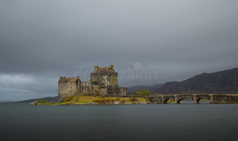 Nuages au-dessus d'Eilean Donan Castle en Ecosse image libre de droits