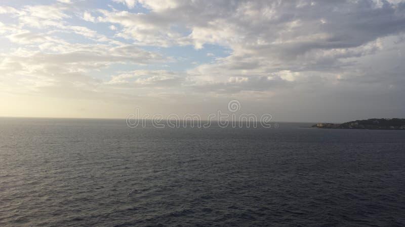 Nuages au-dessus d'océan photographie stock libre de droits