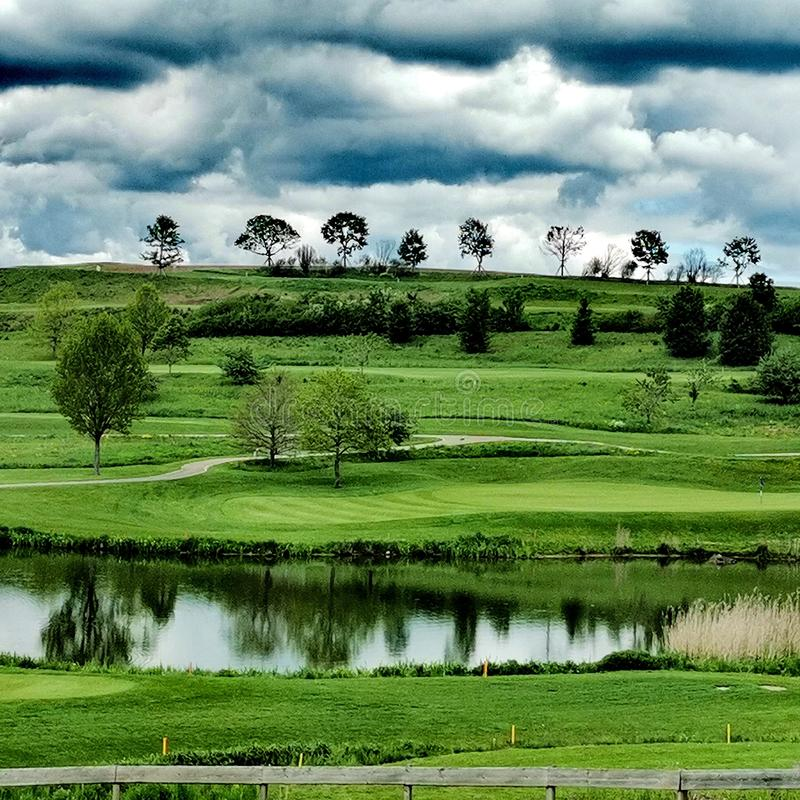 Nuages au-dessus d'un terrain de golf images libres de droits