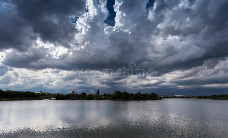 Nuages au-dessus de Bucarest photo stock