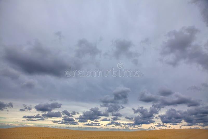 Nuages au-dessus de dune arénacée image libre de droits