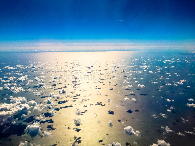 Nuages au-dessus de la mer photographie stock