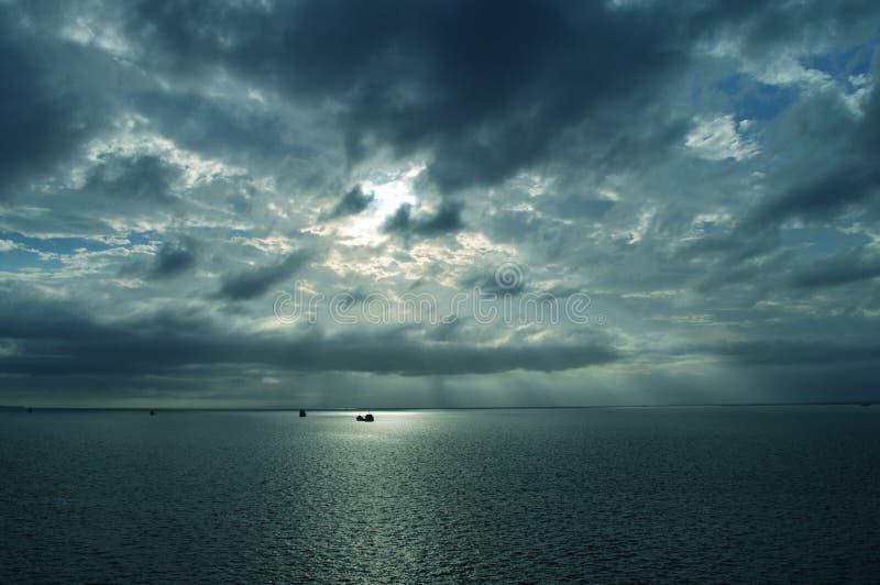 Nuages au-dessus de la mer photos stock