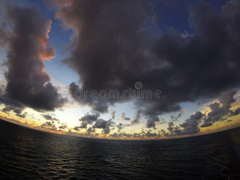 Nuages au-dessus de la mer des Caraïbes photo libre de droits