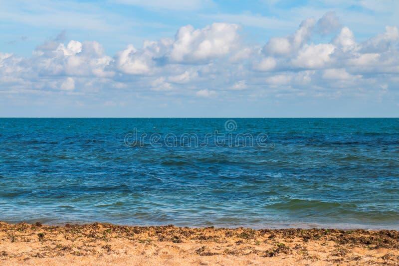 Nuages au-dessus de la mer et du littoral après une tempête pendant l'après-midi photos stock