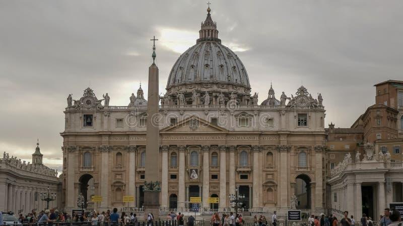 Nuages au-dessus de la place de St Peter à Ville du Vatican image stock
