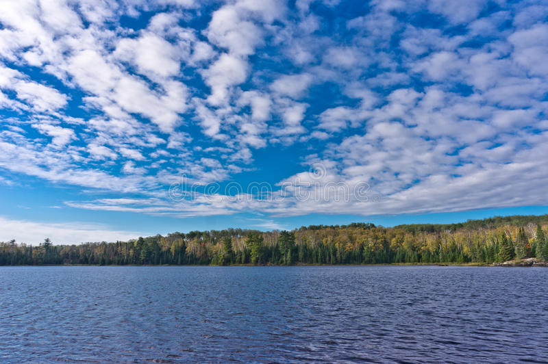 Nuages au-dessus de lac clair photos libres de droits