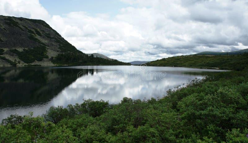 Nuages au-dessus de lac de montagne images libres de droits