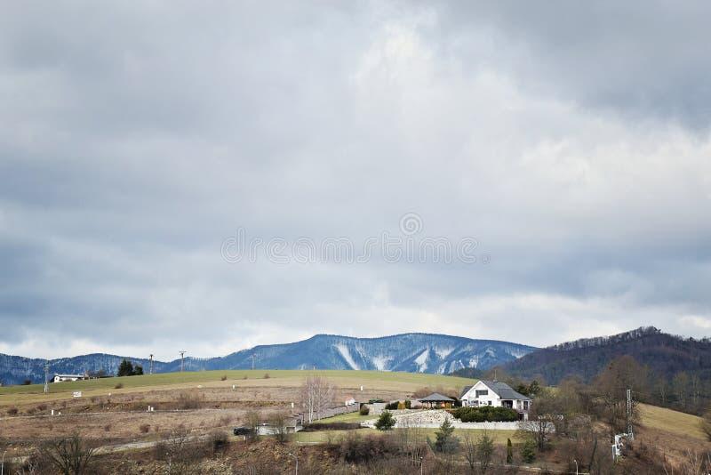 Nuages au-dessus de maison sur le dessus de la colline dans Banska Bystrica, Slovaquie, Europe centrale Jour nuageux au printemps photographie stock libre de droits