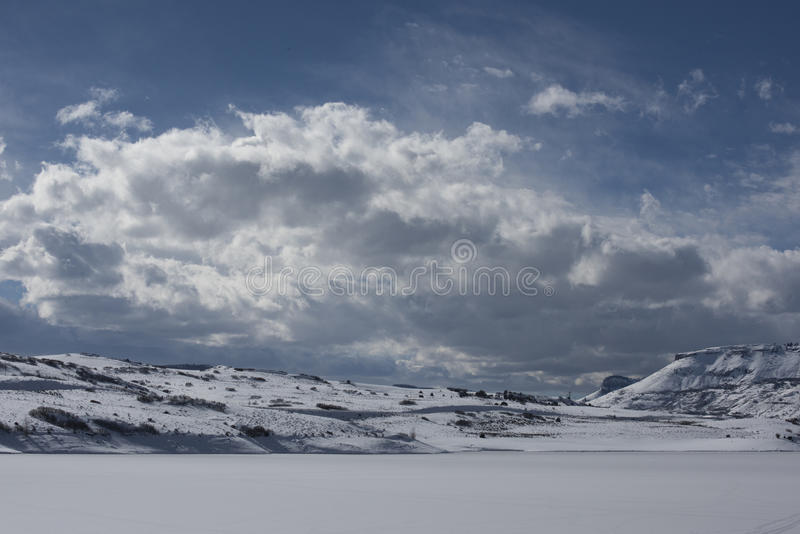 Nuages au-dessus de Mesa Reservoir bleu photo stock