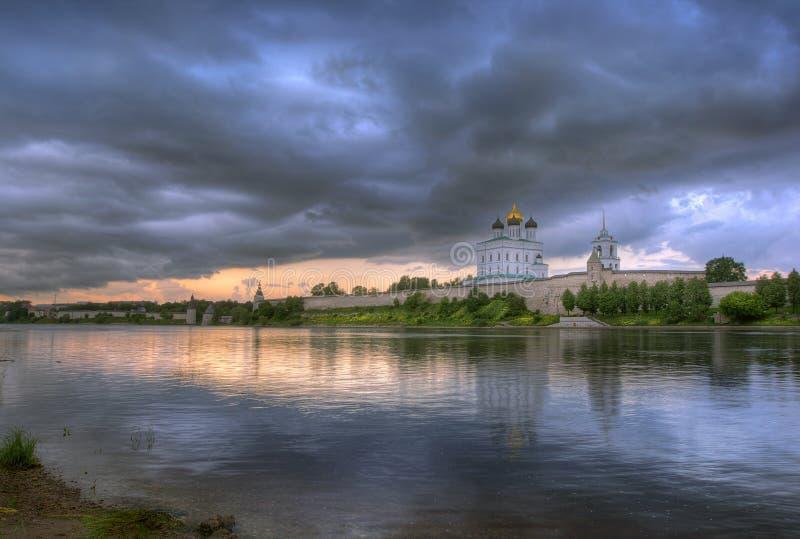 Nuages au-dessus de Pskov Kremlin photo stock