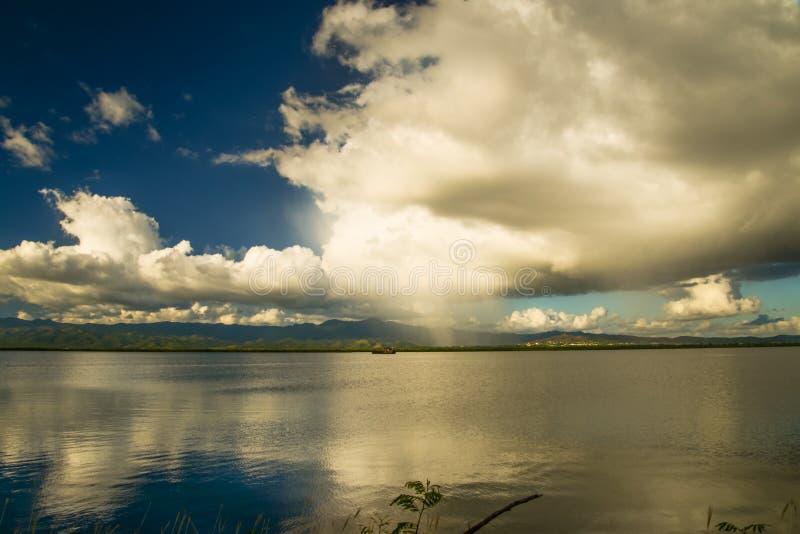 Nuages au-dessus de réflexion de lac dans l'eau photo stock