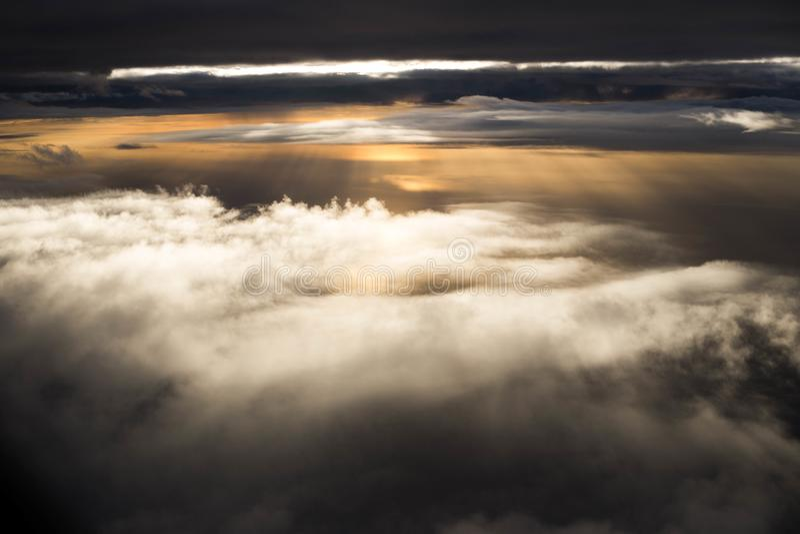 Nuages au-dessus des nuages photographie stock libre de droits