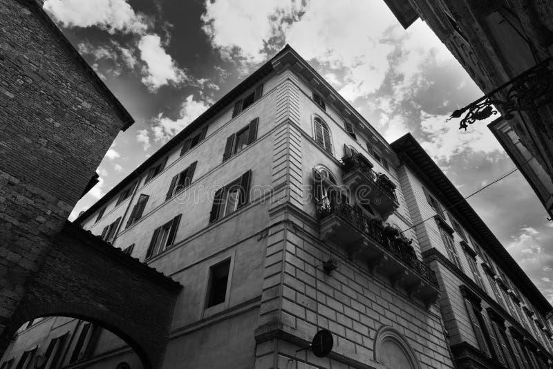 Nuages au-dessus des bâtiments élégants à Sienne photos stock