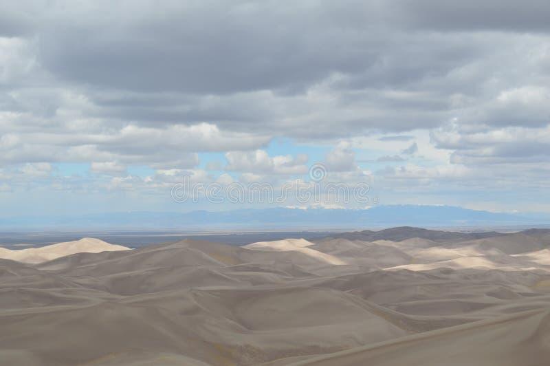 Nuages au-dessus des grandes dunes de sable parc national, le Colorado photos stock