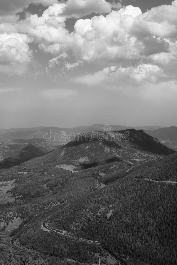 Nuages au-dessus des montagnes photographie stock libre de droits