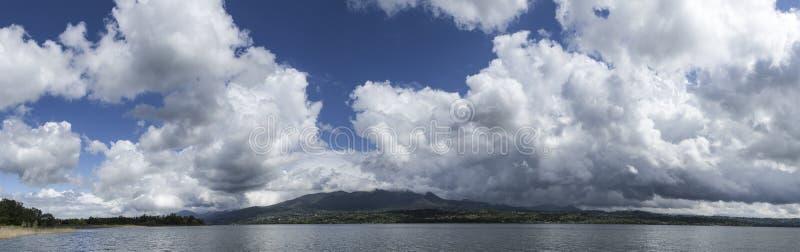 Nuages au-dessus du lac varese image libre de droits