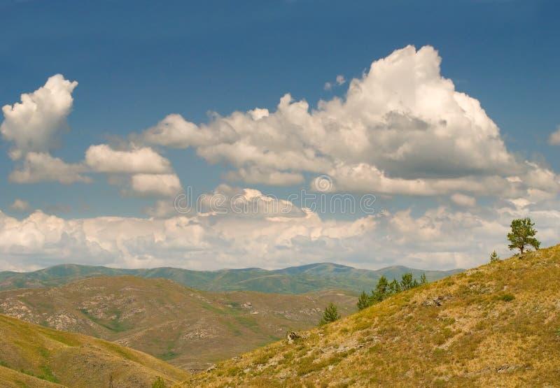 Nuages au-dessus du paysage de montagne photo libre de droits