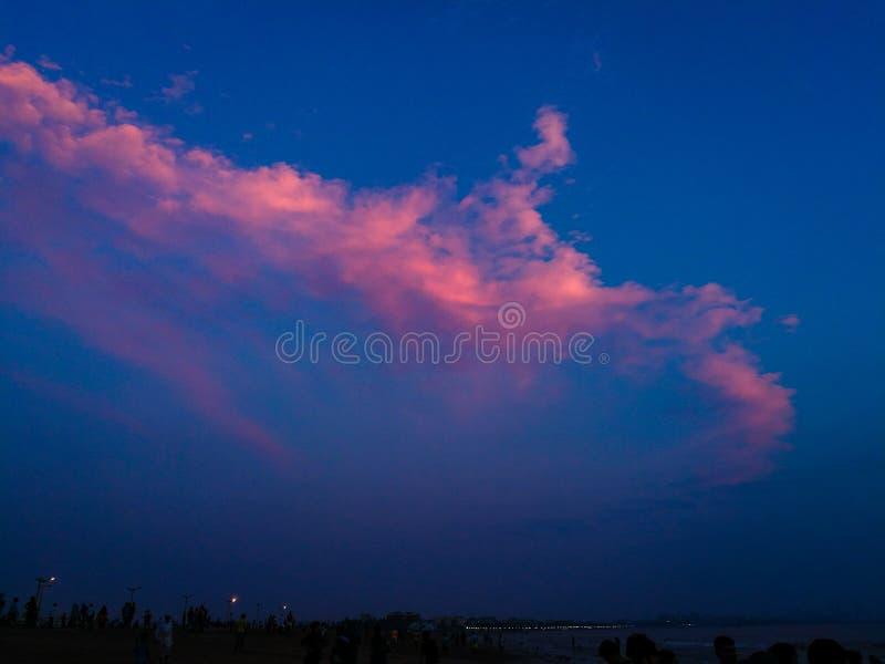 Nuages avec la lumière chaude de coucher du soleil image libre de droits