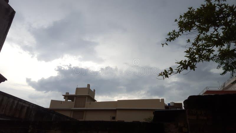 Nuages avec le soleil dans la saison des pluies photos stock