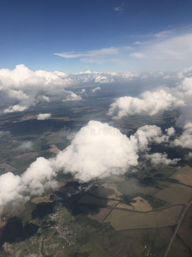 Nuages, avion, ciel, champs, forêt image stock