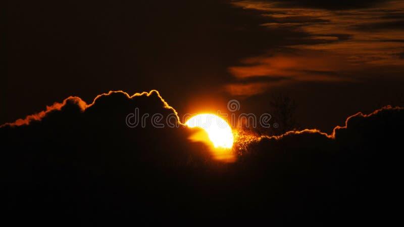 Nuages behing de Sun photo stock