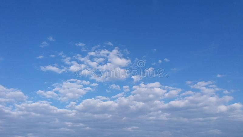 Nuages blancs au-dessus de ciel bleu image stock