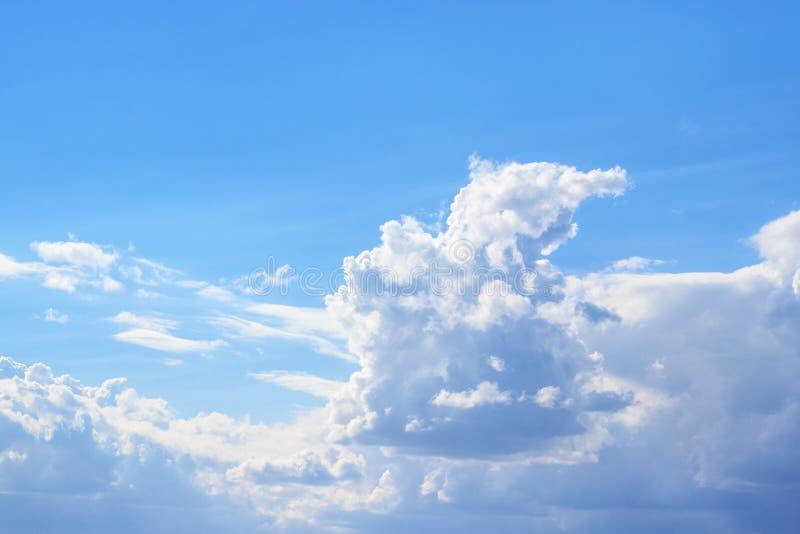 Nuages blancs contre le ciel bleu photographie stock libre de droits