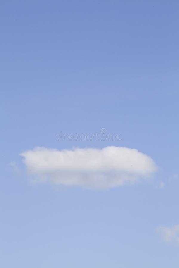 Nuages blancs dans le ciel bleu images stock