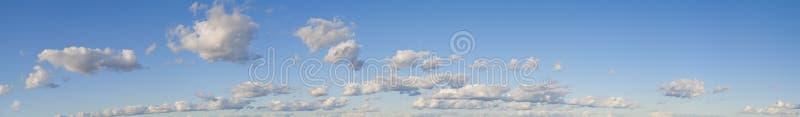 Nuages blancs dans un ciel bleu photographie stock libre de droits