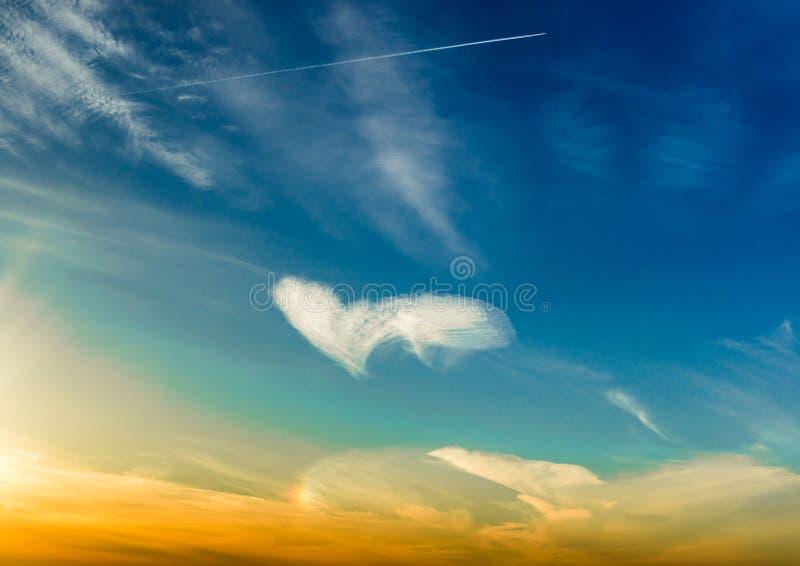 Nuages blancs dans une forme de coeur photo stock