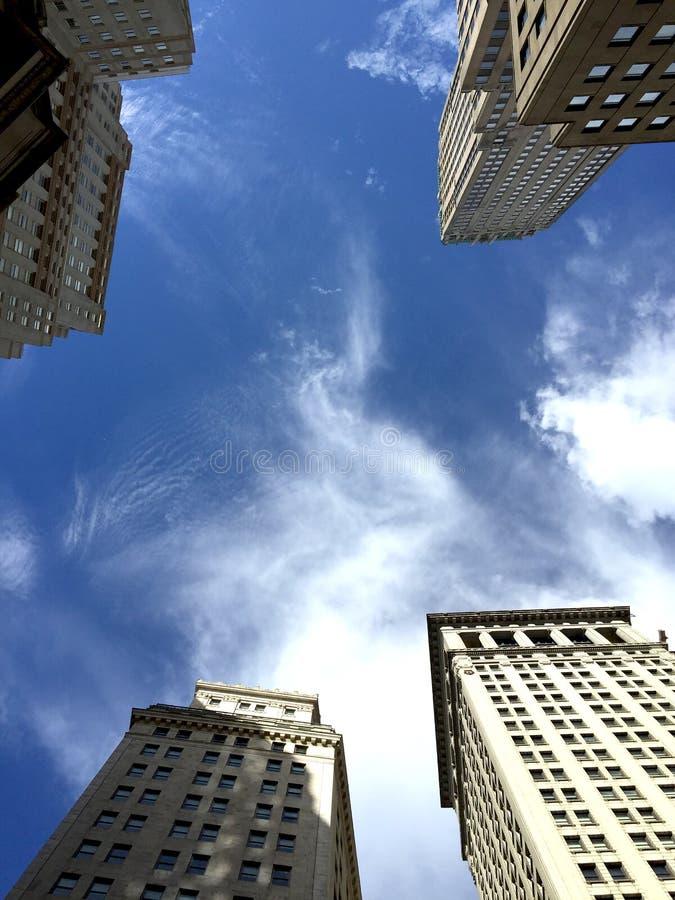 Nuages blancs de ciel bleu de gratte-ciel de New York City Etats-Unis photo stock