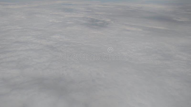 Nuages blancs denses d'un avion clips vidéos