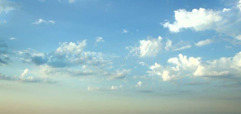 Nuages blancs en ciel bleu photo stock