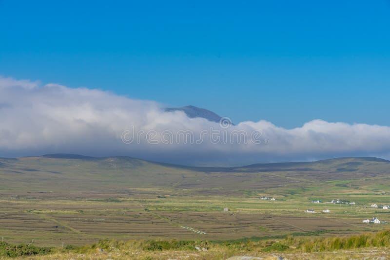 Nuages blancs et ciel bleu, au-dessus d'île d'Achill, en Irlande photographie stock